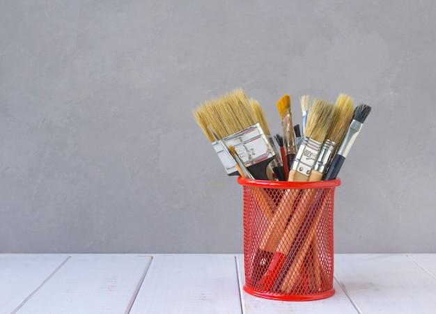 Pinsel zum zeichnen von grauen hintergrund