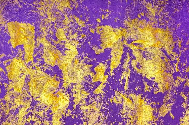 Pinselstrich mit goldfarbe im goldrahmen auf lila papierhintergrund festlicher hintergrund halloween