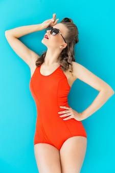 Pinup frau im roten badeanzug