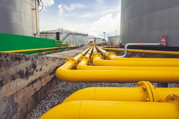 Pipeline, die gelbes öl für den einlass- und auslassöltank der rohrleitung fließt