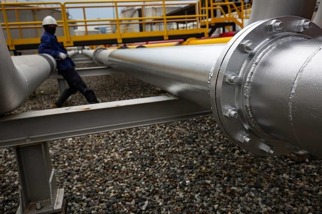 Pipeline graues flanschöl und schraubenmutter hintergrund männliche arbeiter reparatur