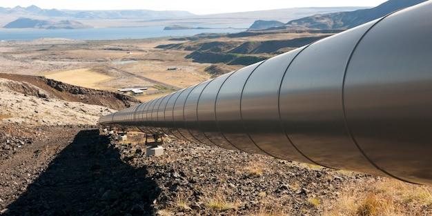 Pipeline und schatten laufen bergab ins tal