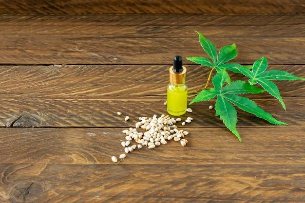 Pipette mit cbd-öl auf hanfblättern hintergrund, cannabisöl - medizinisches marihuana-konzept.