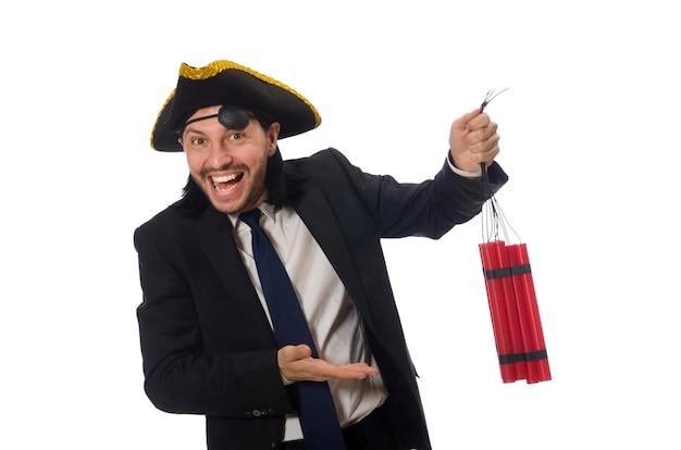 Pirat im schwarzen anzug, der bombe lokalisiert auf weiß hält