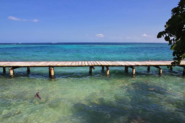 Pirateninsel im naturschutzgebiet rosario, karibisches meer, cartagena, kolumbien
