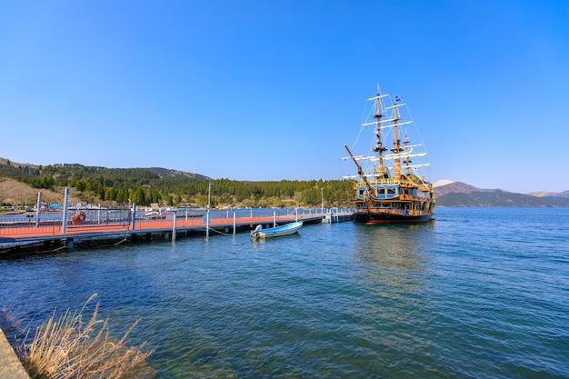 Piratenschiff auf dem meer und hintergrund des blauen himmels