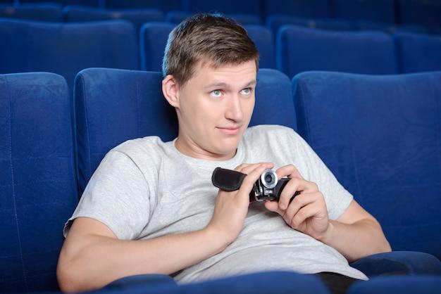 Piraterierende männer. junge männer, die im kino piraten.