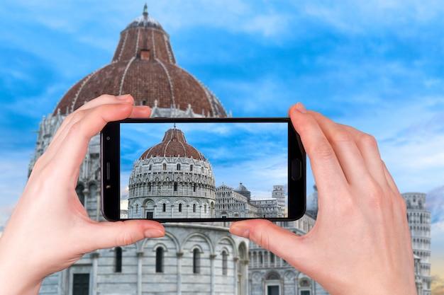 Pisa baptisterium von st. john battistero di san giovanni pisa in, toskana, italien. foto am telefon aufgenommen
