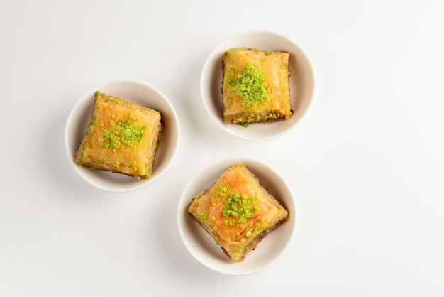 Pistazien-baklava auf einem weißen hintergrund. dessert.