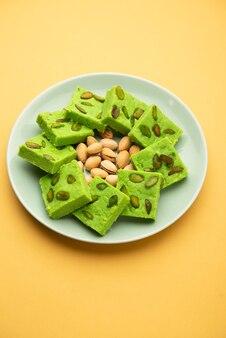 Pistazien-mava oder khoa sweet, auch pista barfi, burfi, barfee oder peda genannt, ein indisches süßes grün in der farbe