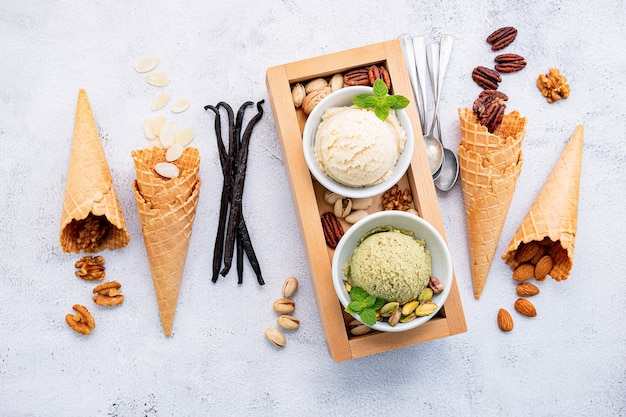 Pistazien-vanille-eis in schalen