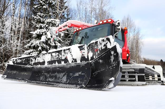 Pistenraupe zur vorbereitung von schneewegen