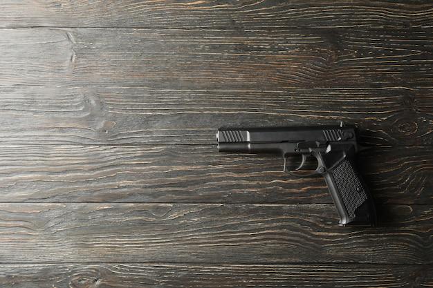 Pistole auf holz. selbstverteidigungswaffe