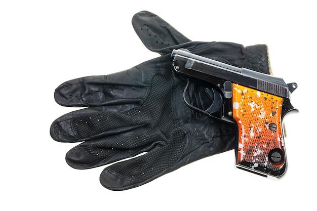 Pistole auf lederhandschuhen hintergrund.