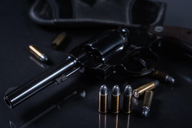 Pistole mit auf schwarzem hintergrund