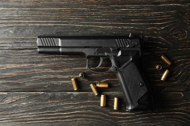 Pistole und kugeln auf holz. selbstverteidigungswaffe