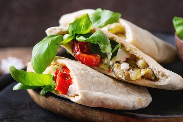 Pita-brot-sandwiches mit gemüse