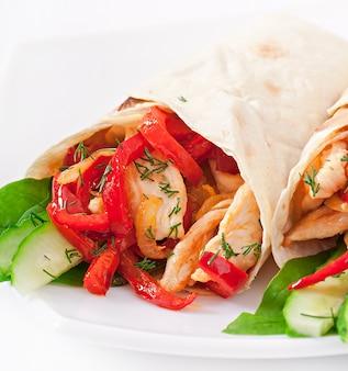 Pita gefüllt mit hühnchen und paprika