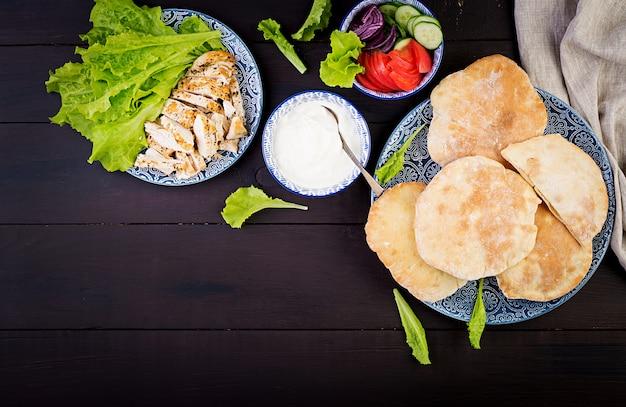 Pita gefüllt mit huhn, tomate und salat