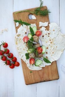Pita mit fleischbällchen und gemüse