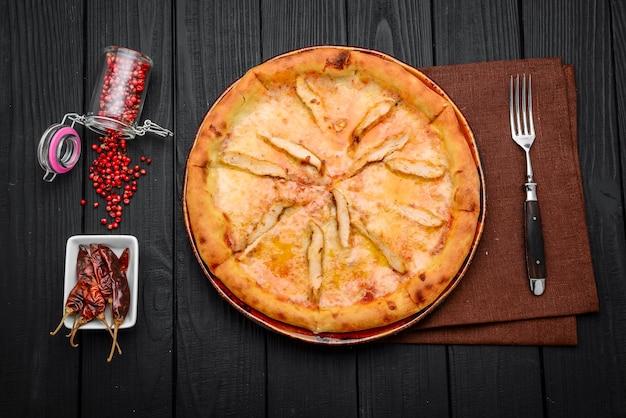 Pita, tortilla mit käse und schinken. ein leichter, gesunder snack.