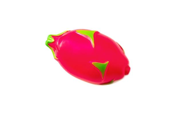 Pitaya. spielzeugplastikfrucht lokalisiert auf weißem hintergrund. plastikfrucht für das spiel. spielen im kinderladen.
