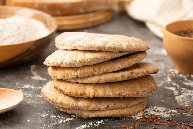 Pitta-brote hautnah. frisch gebackenes vollkornfladenbrot.