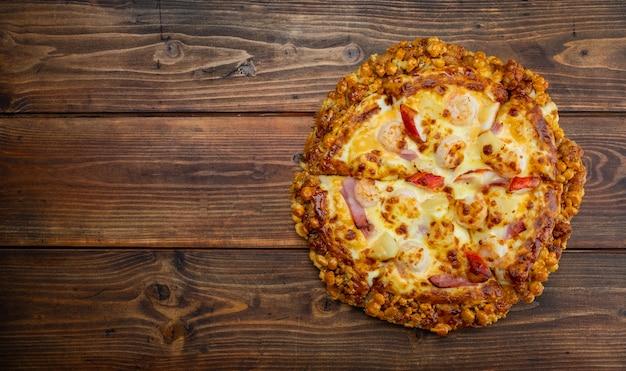 Pizza auf dem tisch, draufsicht auf pizza