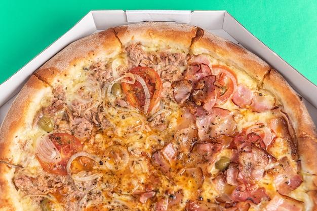 Pizza auf dem tisch in grüner farbe