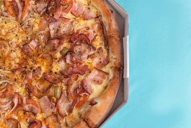 Pizza auf dem tisch in hellblauer farbe