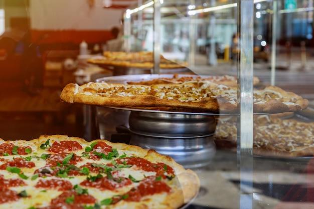 Pizza auf einem hölzernen zähler der großen scheibe pizza new- yorkart