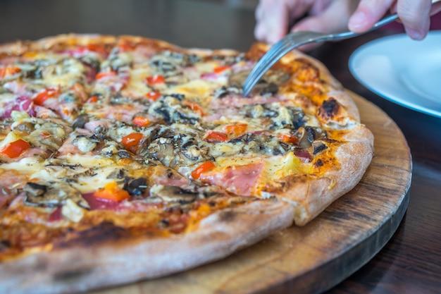 Pizza auf einem holzbrett
