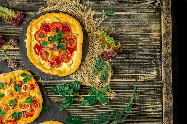 Pizza auf einem holztisch. italienische pizza-speisekarte