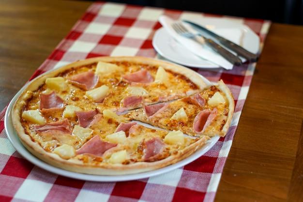 Pizza auf einem restauranttisch