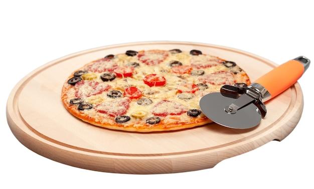 Pizza auf einem schneidebrett mit einem runden messer und einem spatel backen. isoliert
