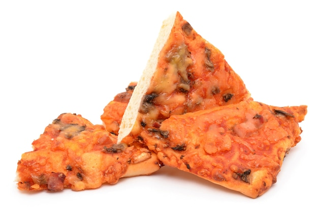 Pizza auf einer weißen oberfläche