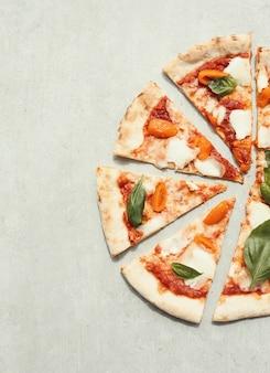 Pizza auf grauer oberfläche