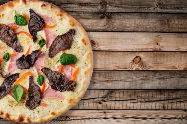 Pizza auf hölzernem hintergrund über ansicht
