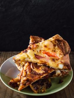Pizza auf holztisch