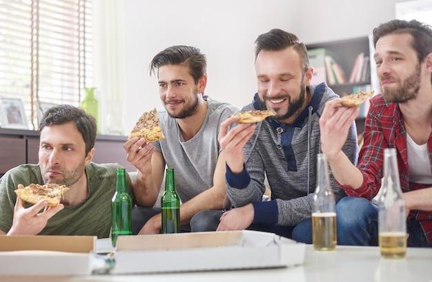 Pizza, bier und bester männlicher begleiter