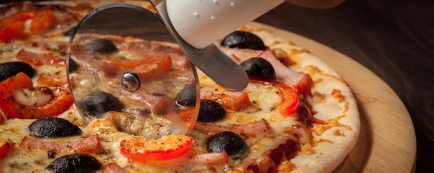 Pizza cutter wheel schinken pizza schneiden