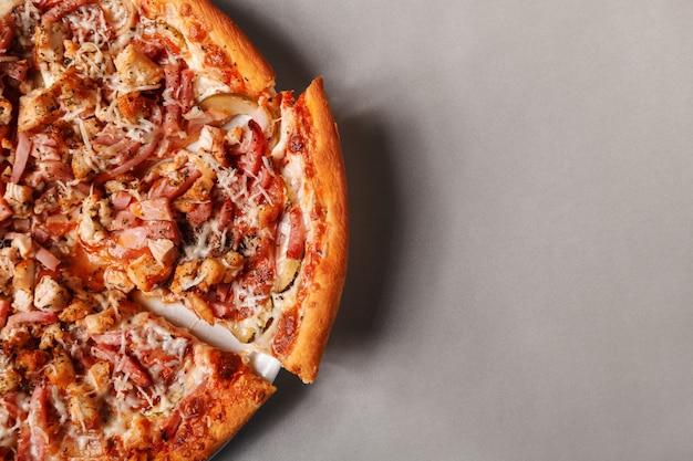 Pizza des heißen käses, draufsicht. platz für text. das konzept des pizzamenüs