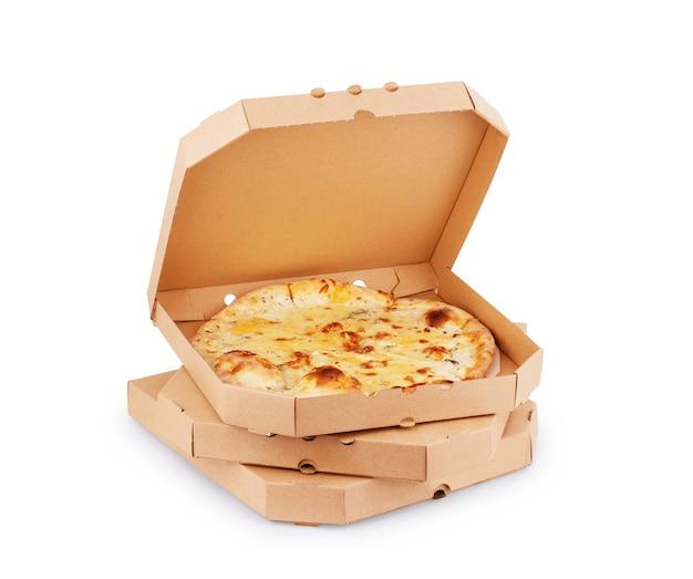 Pizza im einfachen offenen lieferkarton isoliert auf weißem hintergrund