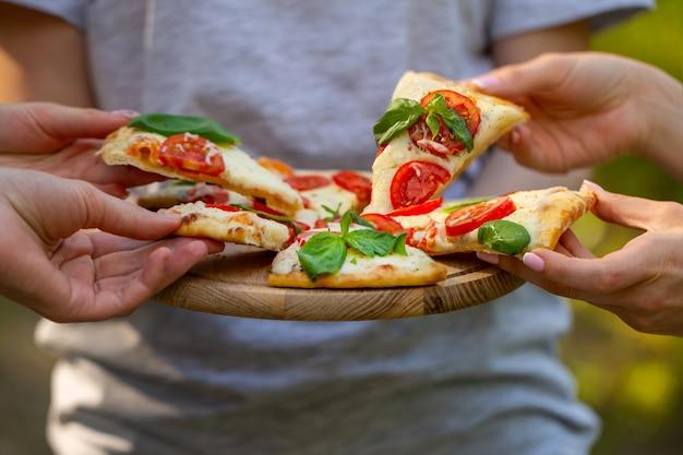 Pizza in den händen