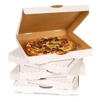 Pizza in einer einfachen weißen schachtel auf einem stapel