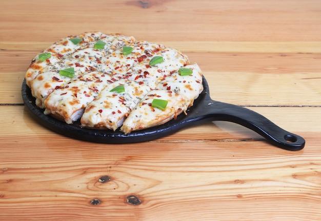 Pizza in holztisch