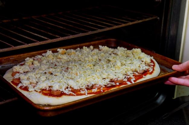 Pizza kochen die pizza hat einen ofen bei hoher temperatur gebacken.