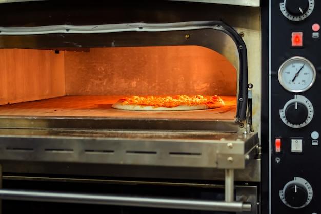 Pizza kochen in einem elektrischen ofen