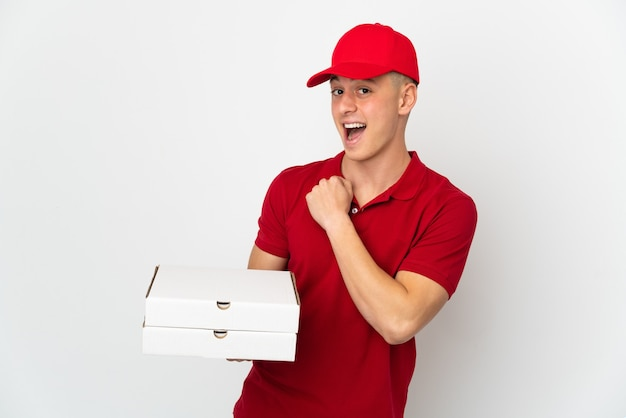 Pizza-lieferbote mit arbeitsuniform, die isolierte pizzakartons aufnimmt