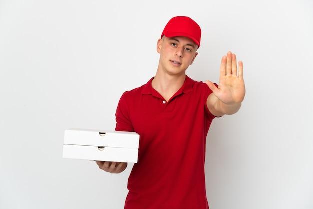 Pizza-lieferbote mit arbeitsuniform, die lokal isolierte pizzakartons aufnimmt
